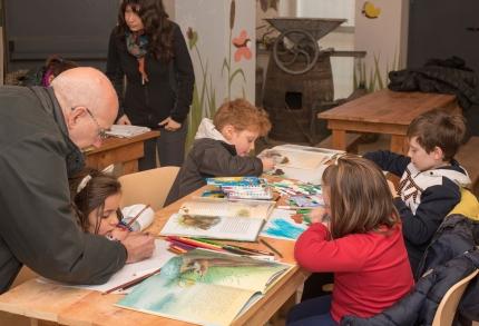 Alessandro e Iole gestiscono il laboratorio di disegno per bambini